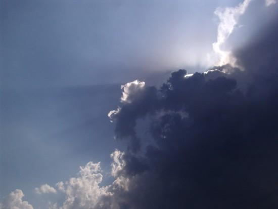 i raggi del sole da dietro le nuvole